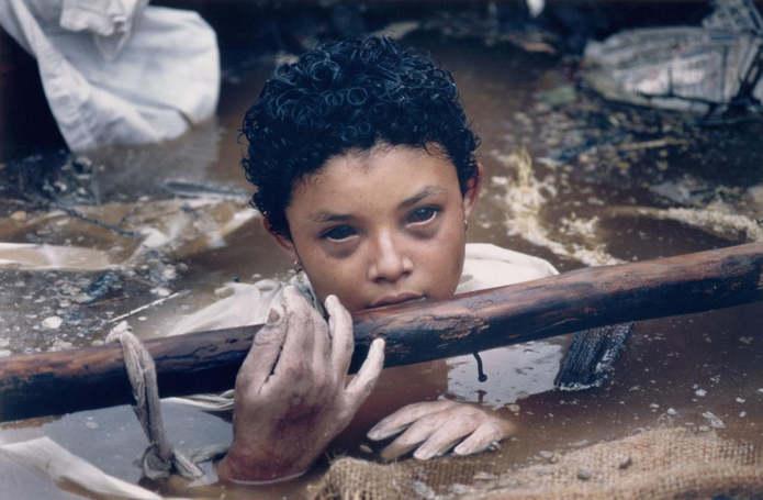 Армеро, Колумбия. 12-летняя Омайра Санчес в ловушке из обломков зданий после извержения вулкана Нева