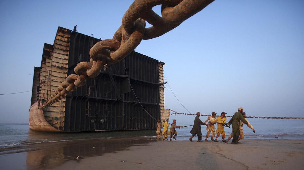 10. Вагонетка, используемая для спуска частей корабля на берег, Гаддани, Пакистан, 25 ноября 2011. (