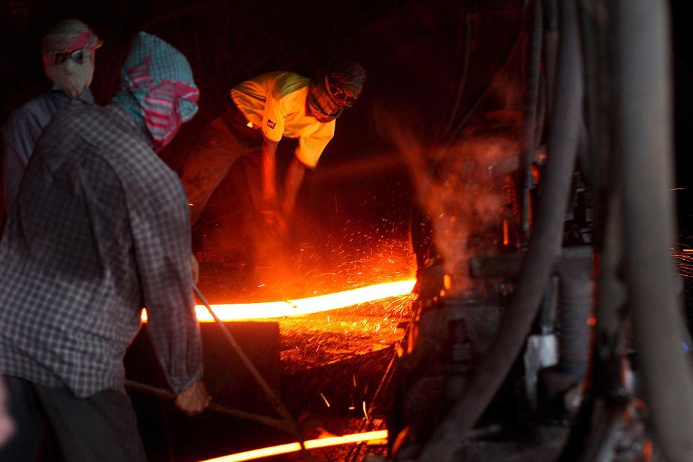 21. Душ после рабочей смены, Гаддани, Пакистан, 10 июля 2012. (Фото Roberto Schmidt | AFP | GettyIma