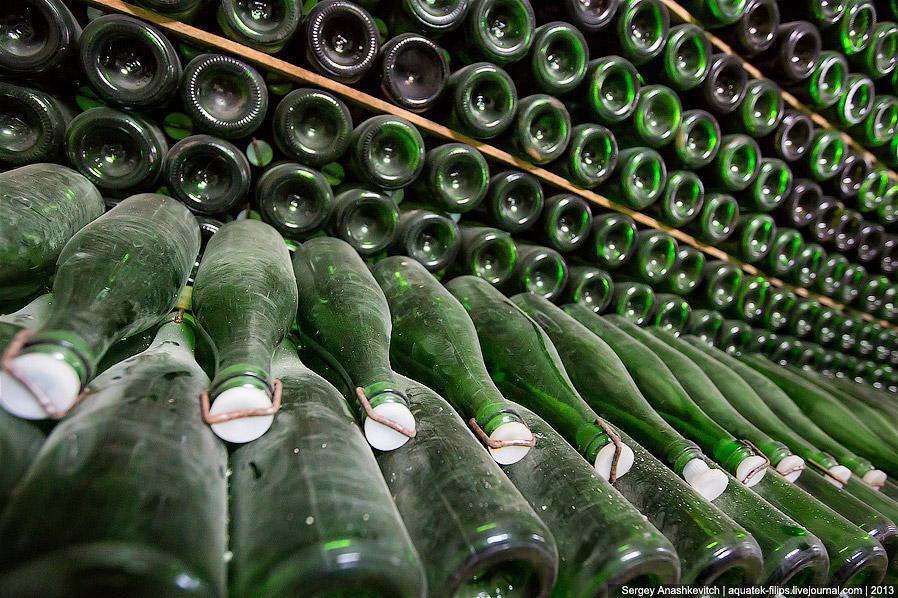 5. Здесь виноматериал после первичного брожения разливают в бутылки, укупоривают специальной пластма