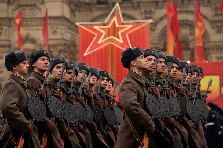 Марш на Красной площади в честь парада 7 ноября 1941 года (16 фото)