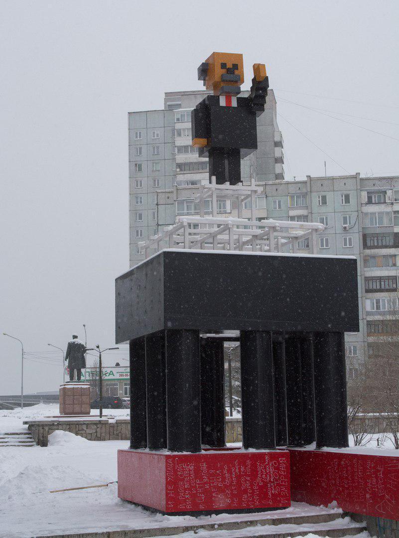 В Красноярске установили памятник Ленину в стиле Minecraft (3 фото)