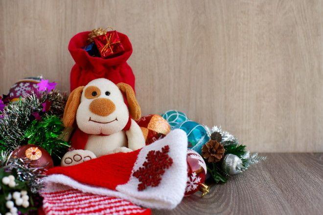 EVGENIYA68 / Shutterstock.com     6. Украсьте елку игрушечными домиками или повесьте ключи, есл