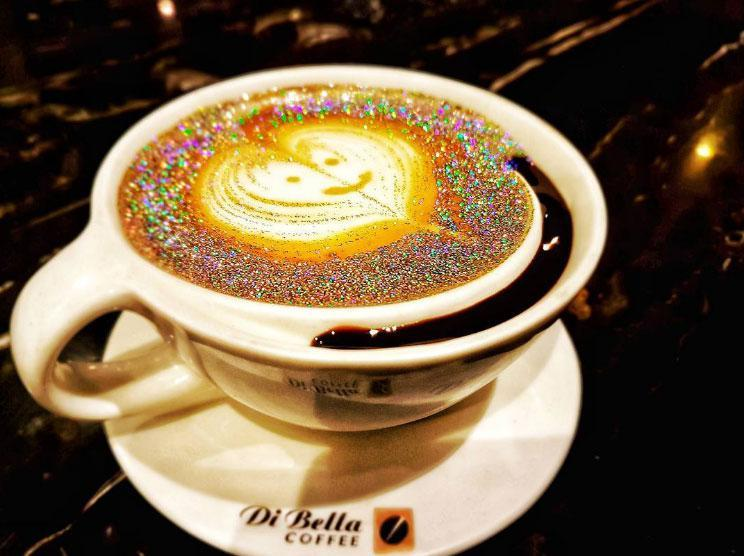 Суть напитка заключается в съедобных блёстках, которые добавляются в эспрессо в самом начале его при