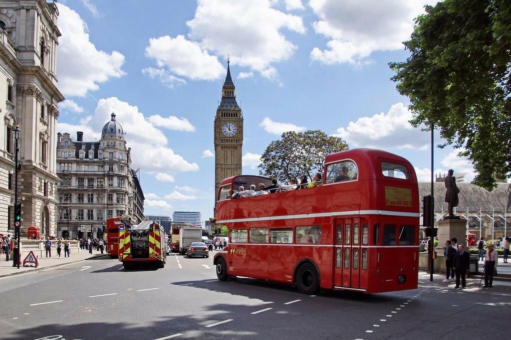Ekskursionnyy-avtobus-napravlyaetsya-k-Big_Benu.jpg