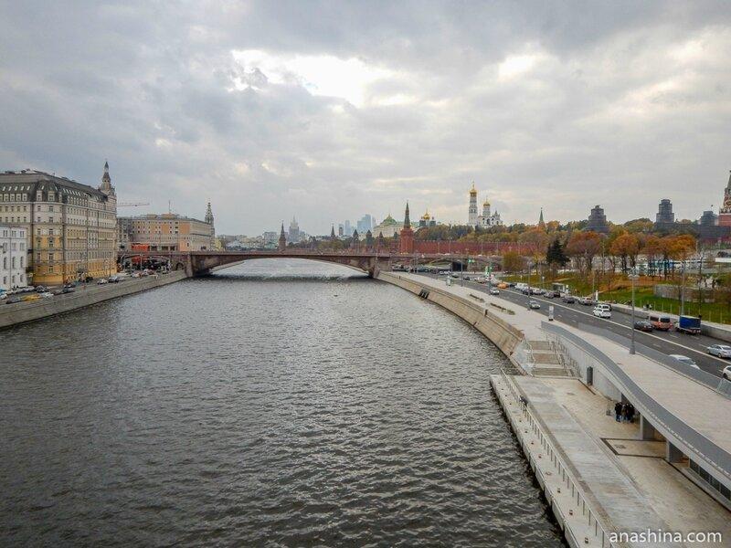Вид в сторону Большого Москворецкого моста и Московского Кремля