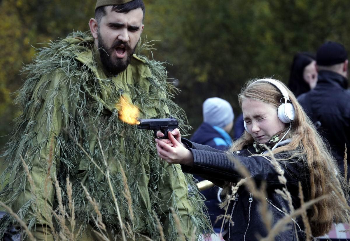 Ой, кажется сейчас он выстрелит: Девушка и пистолет