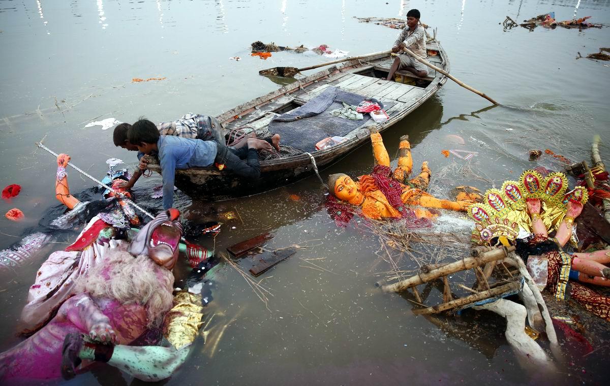 Кончен бал, погасли свечи: Поверженные индийские боги в речной пучине