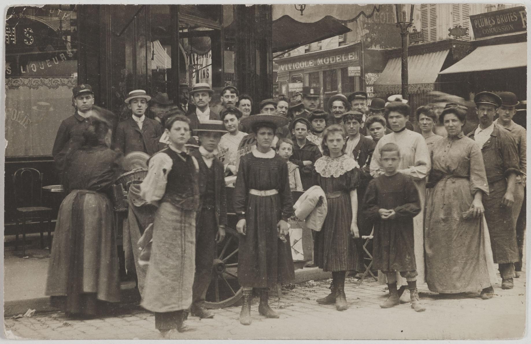 1908. Кофе, пиво, ликеры. 58, rue du Temple (4-й округ). Сейчас на этом месте магазин трав