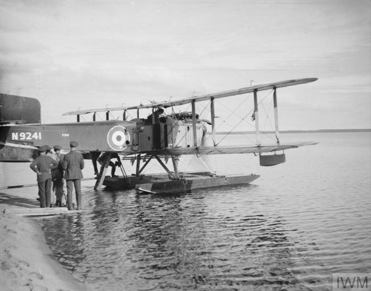 Генерал Генри Сеймур Роулинсон взобрался на место наблюдателя на гидросамолете Fairey IIIC. Онежское озеро, Медвежья гора, октябрь 1919