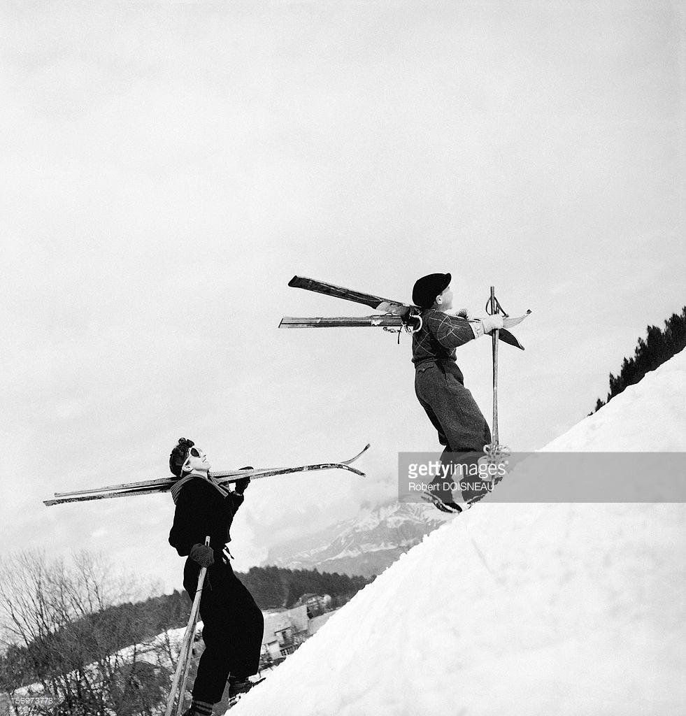 1936. Пьеррет Дуано и Мишель Сулаж поднимаются на лыжный склон в Межеве
