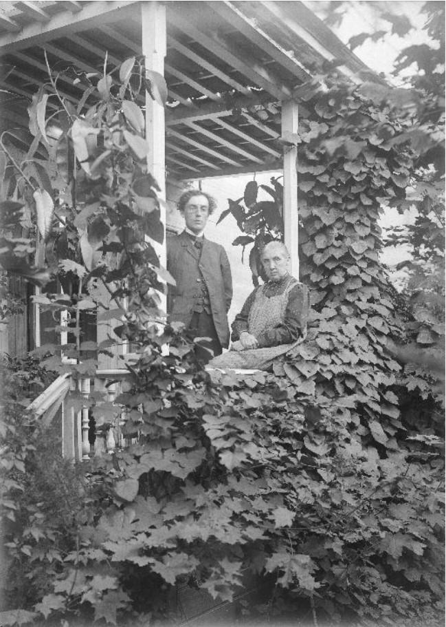 Оливия Андреевна Килевейн с молодым человеком на веранде