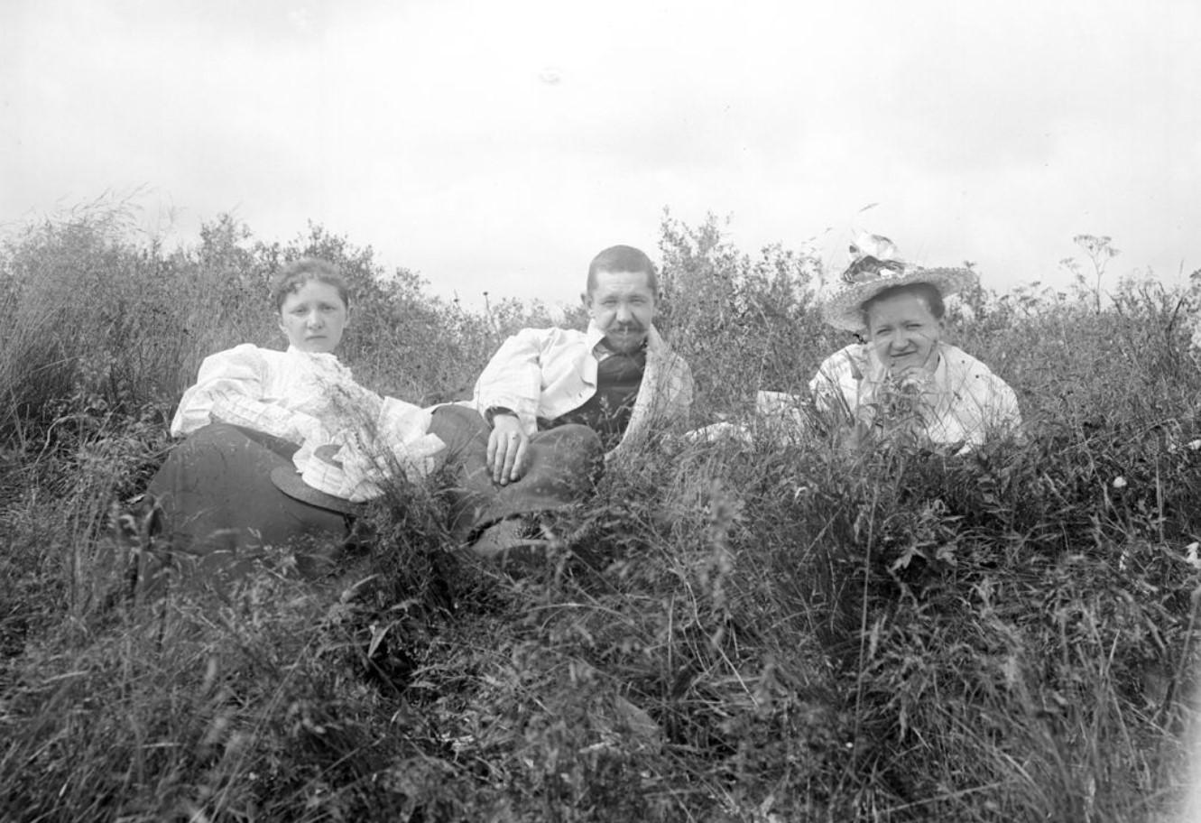 Группа отдыхающих на природе