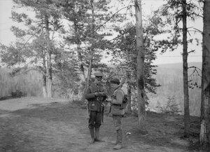 1919. Командир Королевской морской артиллерии проверяет удостоверение личности русского мальчика, «Завод»