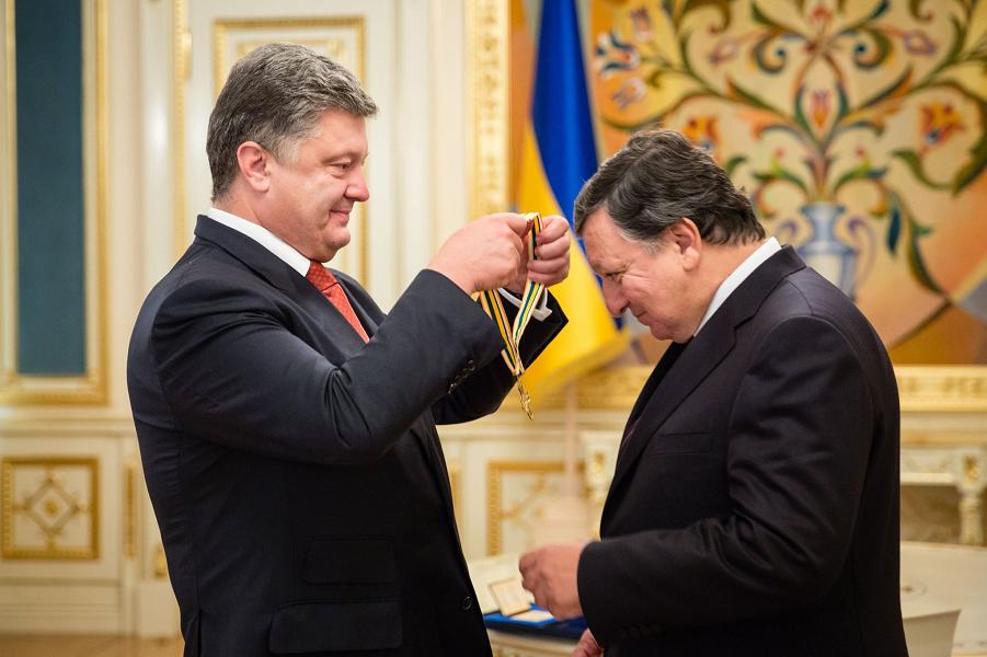 Порошенко награждает Баррозу.png