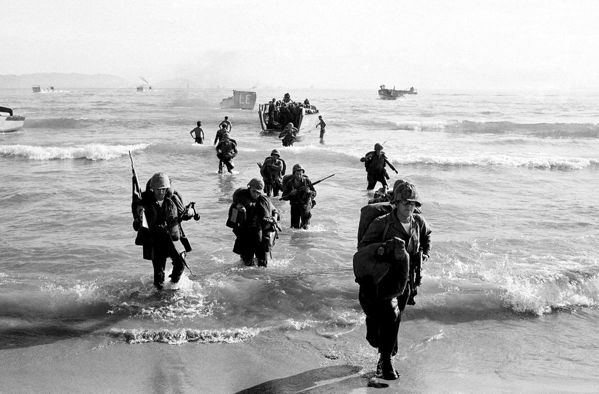 Морские пехотинцы ВМС США высаживаются на берег возле города Дананга в центральной части Вьетнама (10 апреля 1965 года)