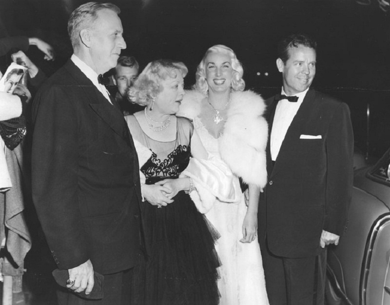 Гораций Браун и Мэрион Дэвис (слева)