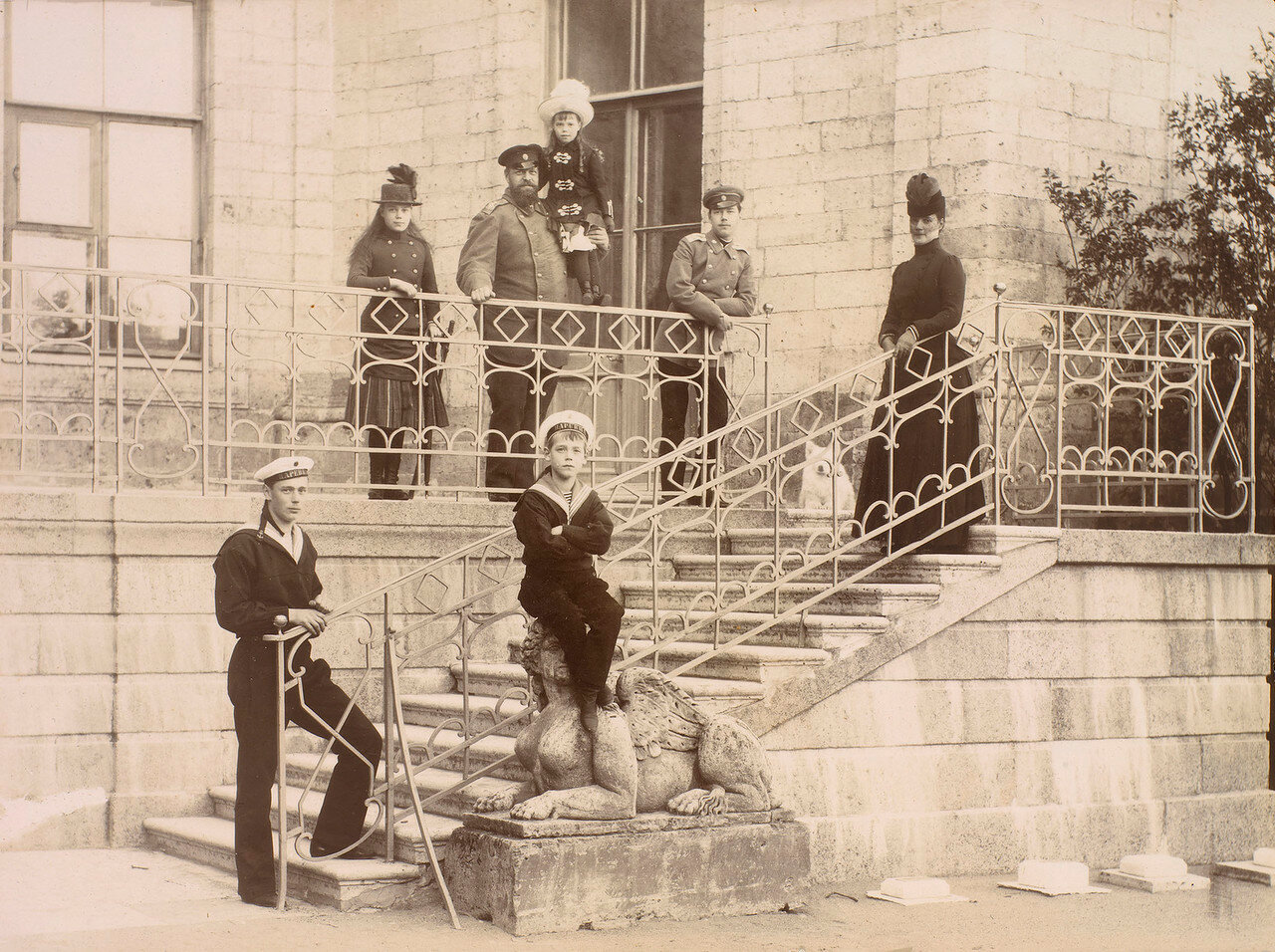 1888. Александр III и его семья в Гатчинском дворце