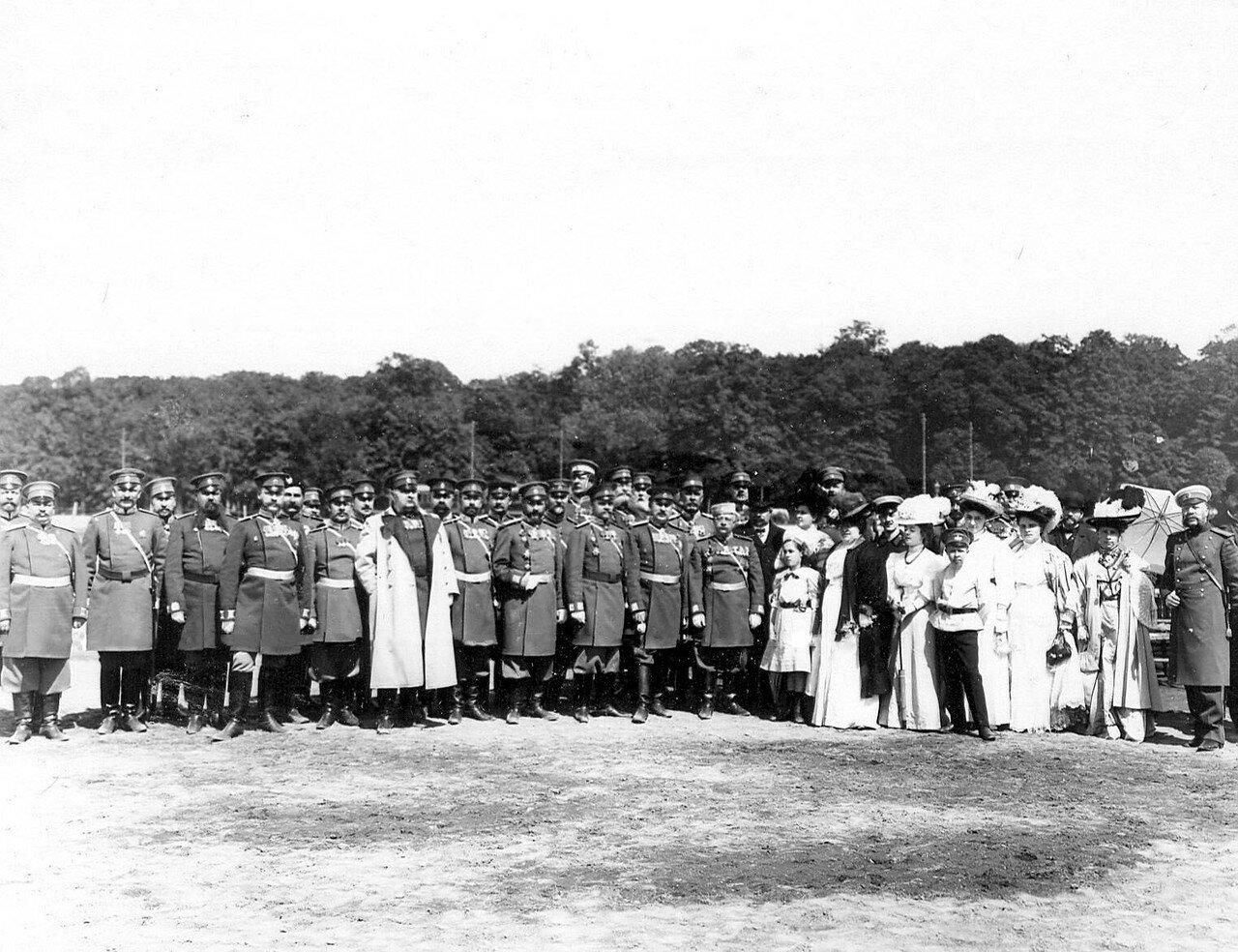 25. Группа офицеров полиции во главе с полковником В.Ф. Галле, другие чины полиции и члены их семей