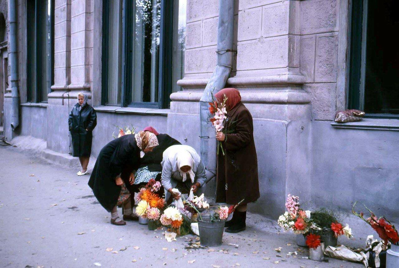 12. Новосибирск. Напротив нашего отеля эти дамы продавали цветы. Это было свободное предпринимательство или что-то очень близкое к этому