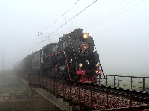 Паровозы Л-2344 и Л-5259 с туристическим поездом на мосту через р. Вожа (26 июля 2009г.)