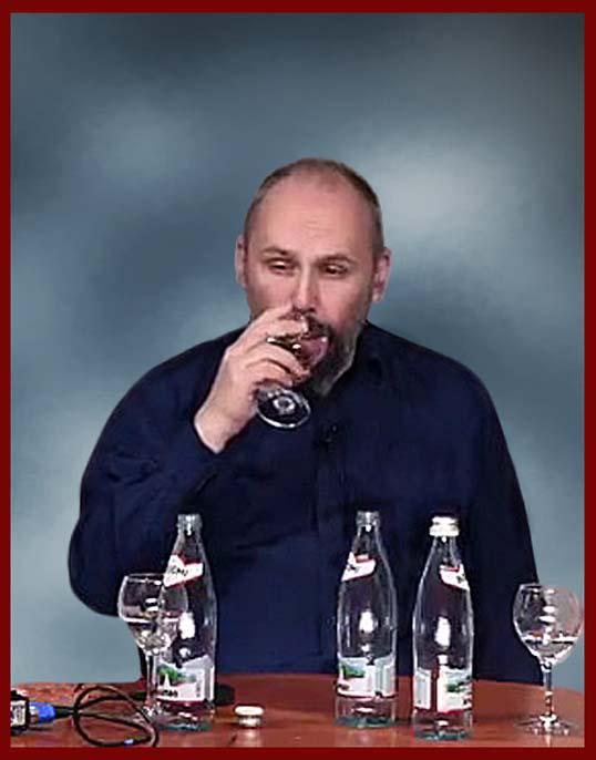 Вербицкий Миша со стаканом поутряне (686. в коричневой рамке.).