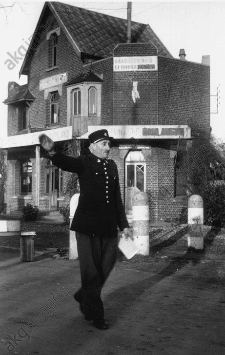 Franz.Grenzpolizist in Beaumont 1944 - - Police / Police des frontiиres.
