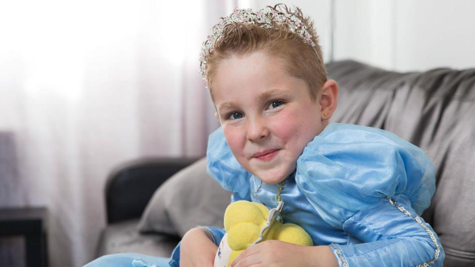 5-летний мальчик с проколотыми ушами и в платье
