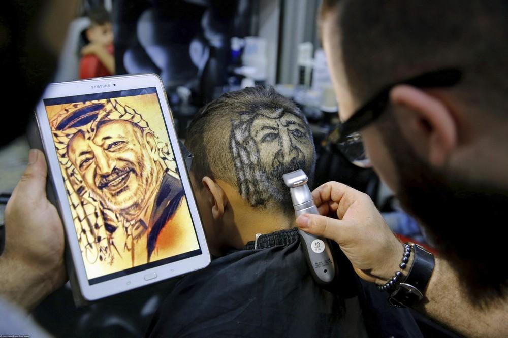 Сирийский парикмахер создает на головах своих клиентов необычные портреты