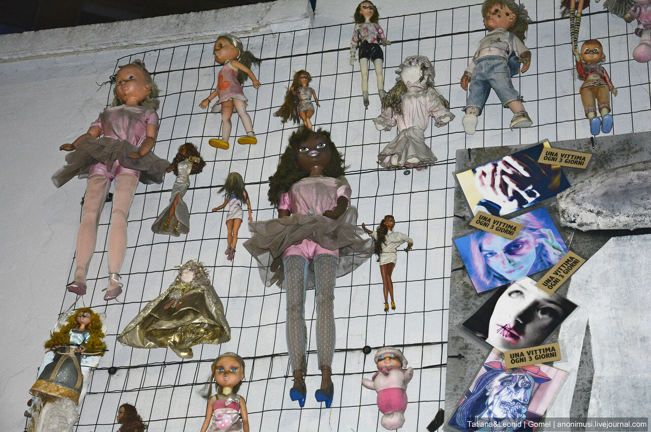 Стена кукол/Wall of Dolls в Милане