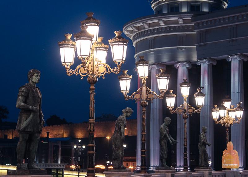 Мост со скульптурами в Скопье