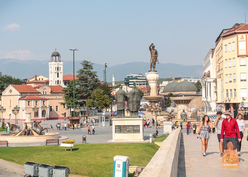 Вид на старый город с каменного моста в Скопье
