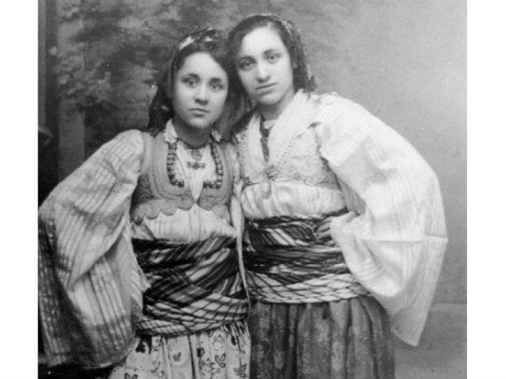Мать Тереза в возрасте 13 лет (слева), 1923 год.