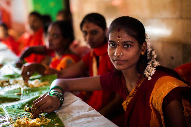 Мумбай является самым населенным городом Индии, в нем живут этнические группы со всей страны. Девушк