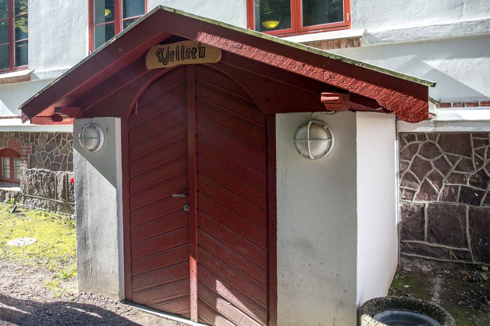 19. Здесь всё привычно для норвежца, есть даже машинка для нарезки хлеба, как везде.