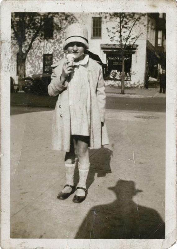 13 винтажных фотографий, на которых людей преследует тень неизвестного в шляпе