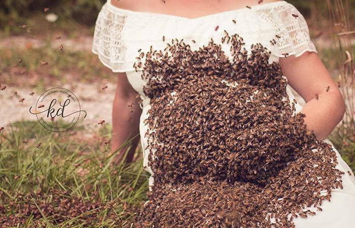Рой из 20 000 пчел участвует в фотосессии Эмили.   «Люди думают, что яподвергаю своего ребенка