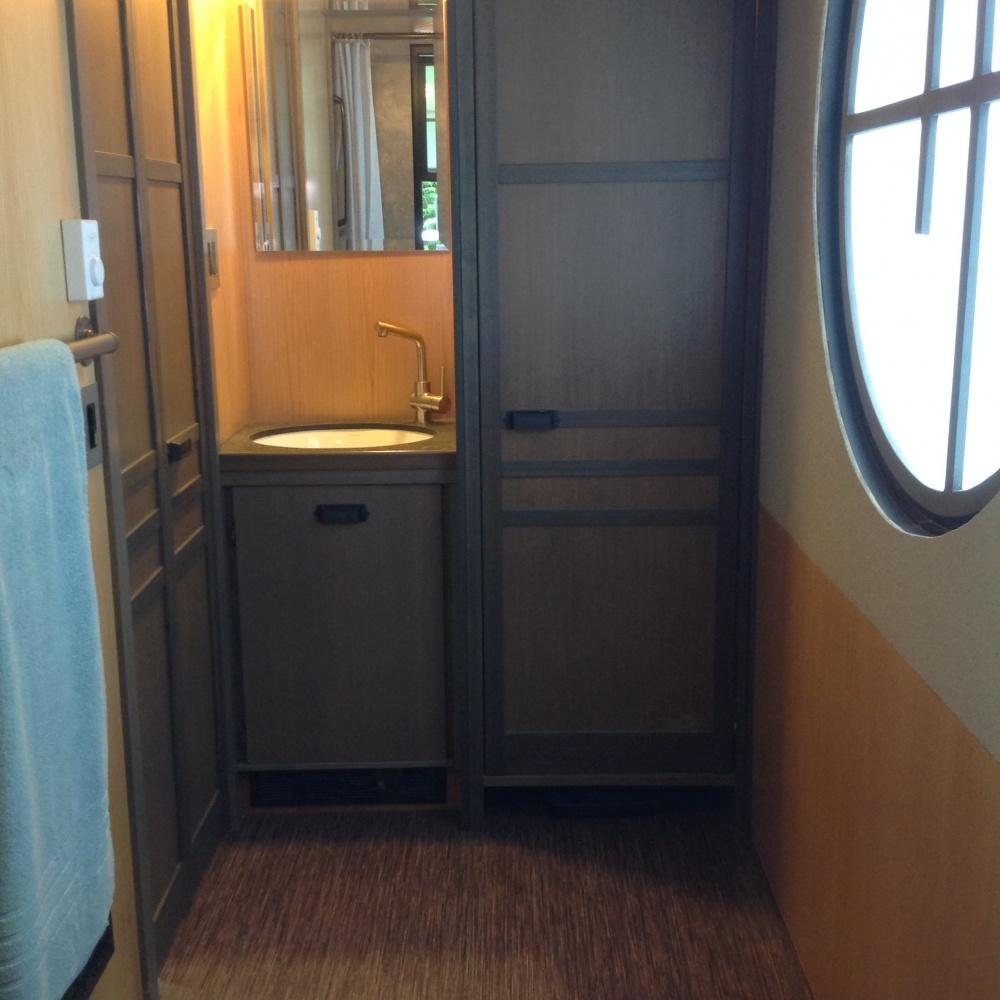 Напротив ванны— раковина свместительными стильными шкафчиками. Наместе большого шкафа, позамыслу