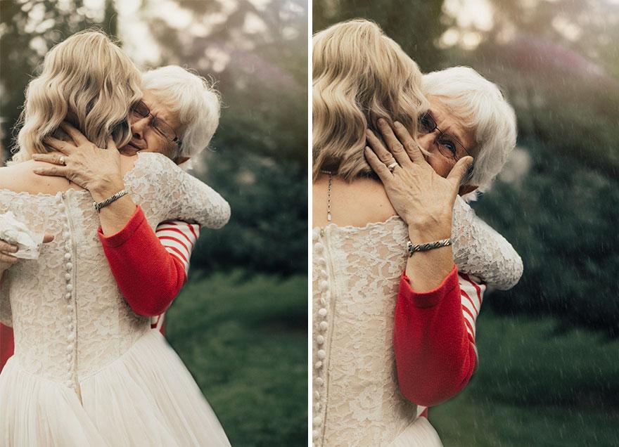 Когда 74-летняя женщина увидела внучку в своем наряде, то не смогла сдержать слез. К сожалению, пожи