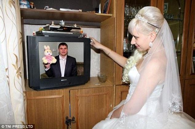 Невеста, телевизор, жених и плюшевый зайчик.