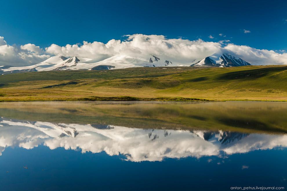 10. Панорама озера с нашим лагерем. Кто-то тоже выскочил из палаток, ловя остатки тумана. Еще немног