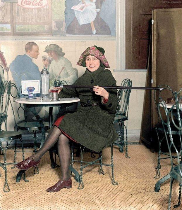 24. Американка с тростью для алкоголя во времена сухого закона, 1922 год