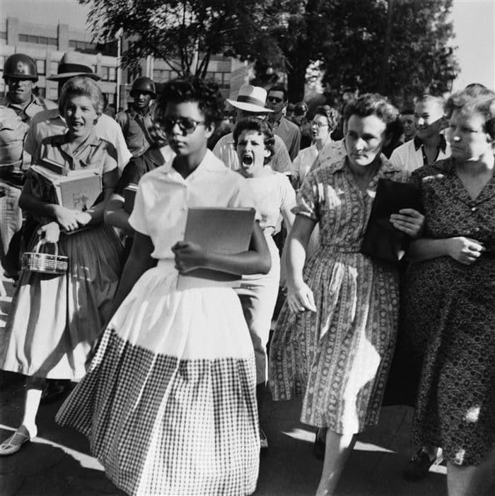 Толпа преследует чернокожую девушку, отправл. учиться в школу для белых.jpg