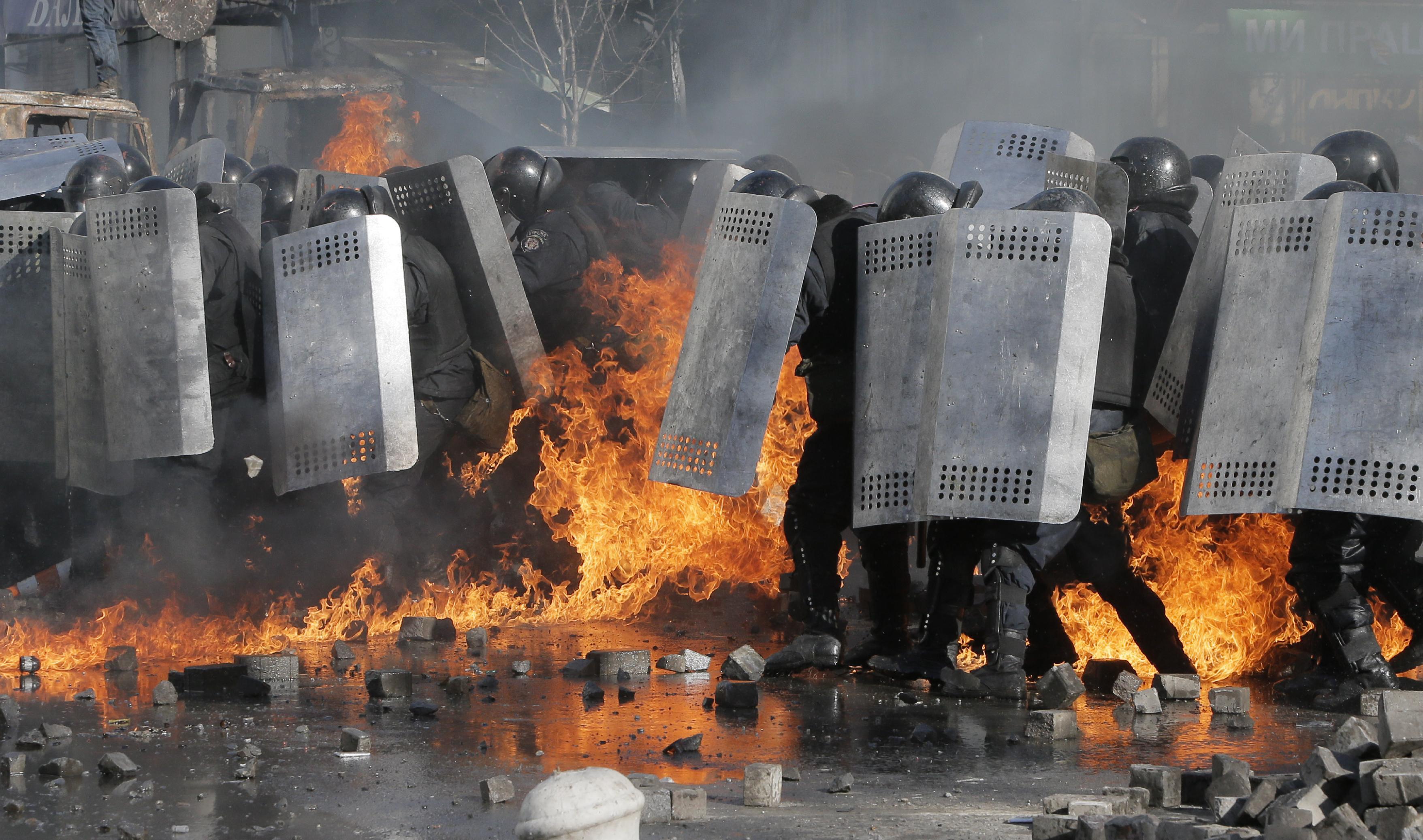 Мирные протестующие и горящий Беркут-19.jpg