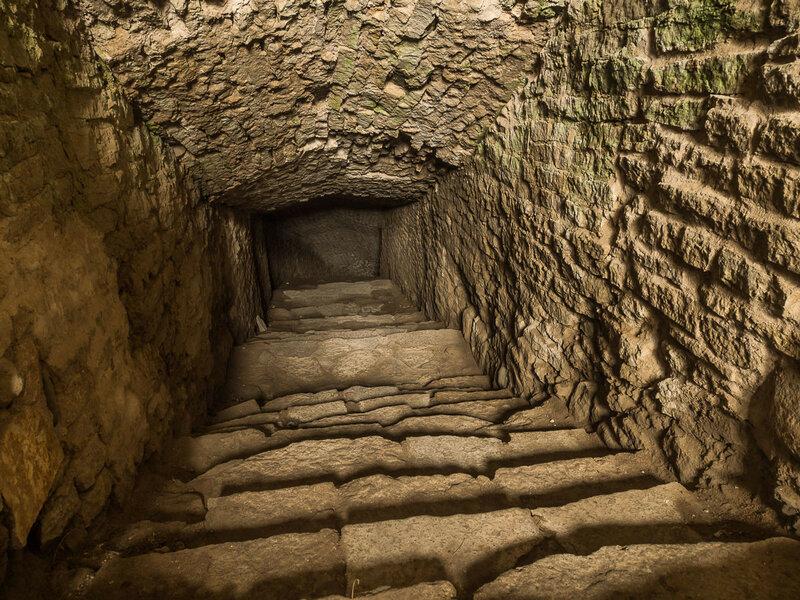 Тайный подземный ход, ведущий к роднику.