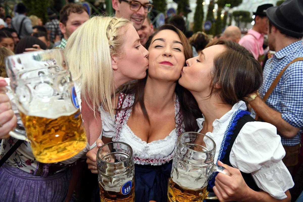 Ну что, давайте жахнем по кружечке пивка: Девушки с Октоберфеста