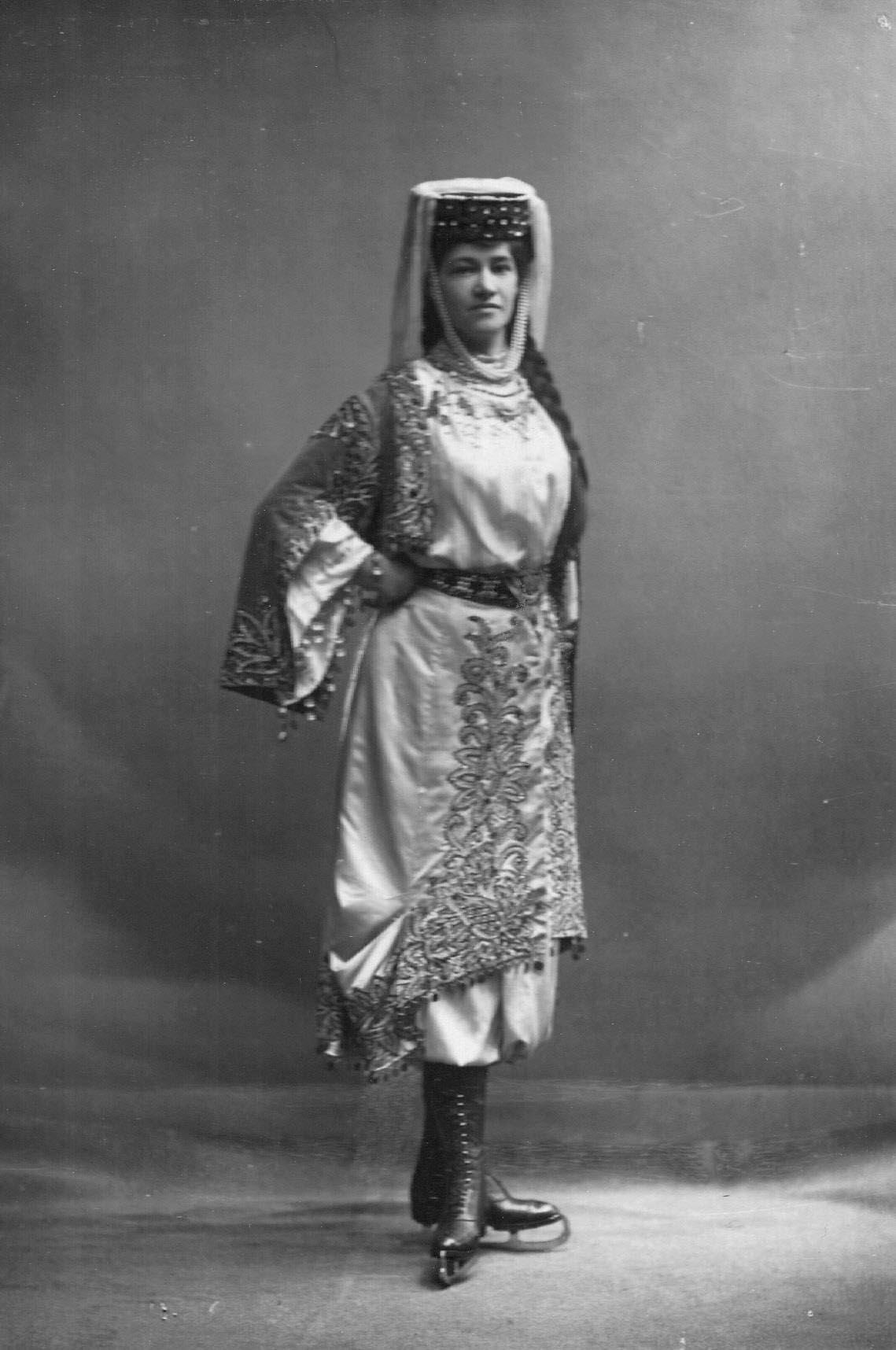 Л.Попова - фигуристка, член Петербургского общества любителей бега на коньках, в молдавском костюме.1911-1914