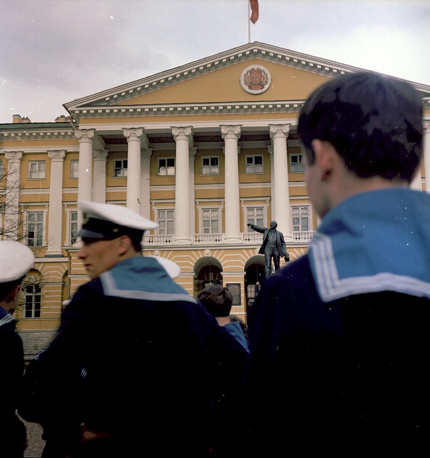 Группа моряков перед Смольным