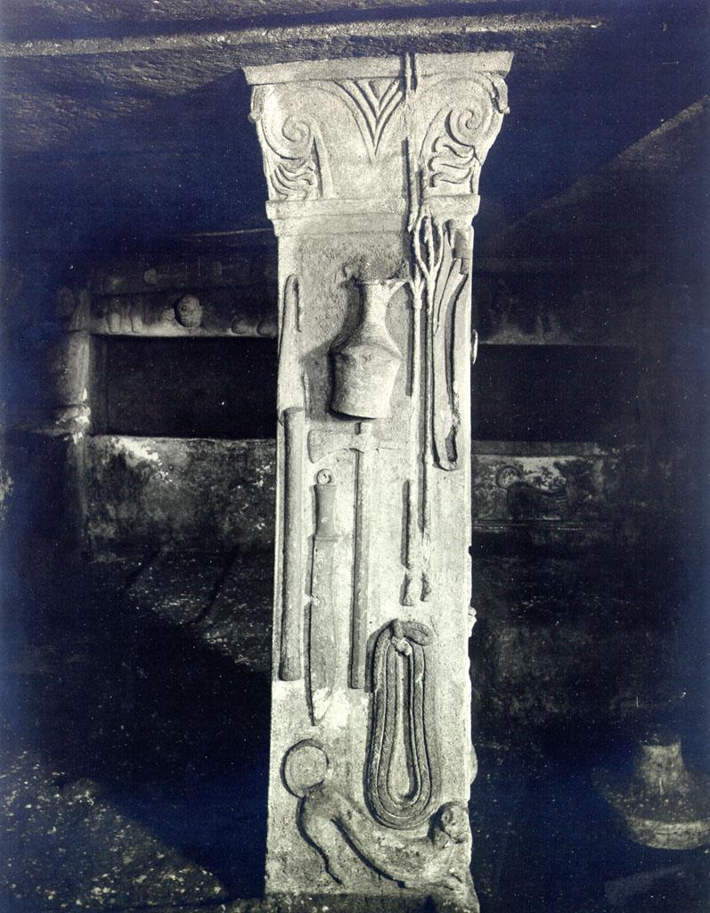 Гробница Рельефов. Левый столб