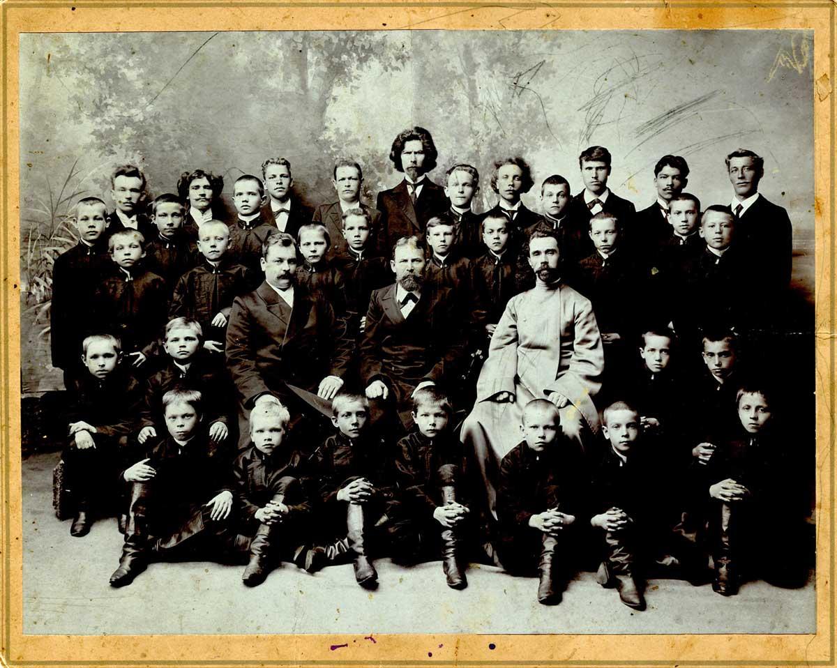 М.М.Грибушин среди воспитанников Сиропитательного дома